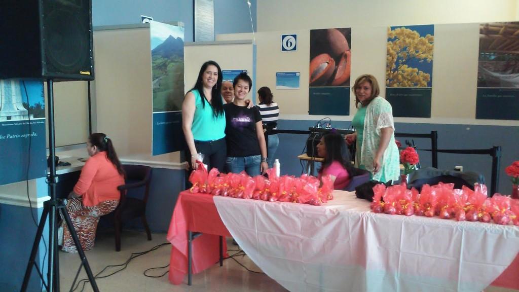 Durante el Día de la Mujer Salvadoreña, mujeres en el Consulado de El Salvador de Woodbridge, VA celebraron su salud y recibieron información de más recursos de salud para mantenerse sanas.